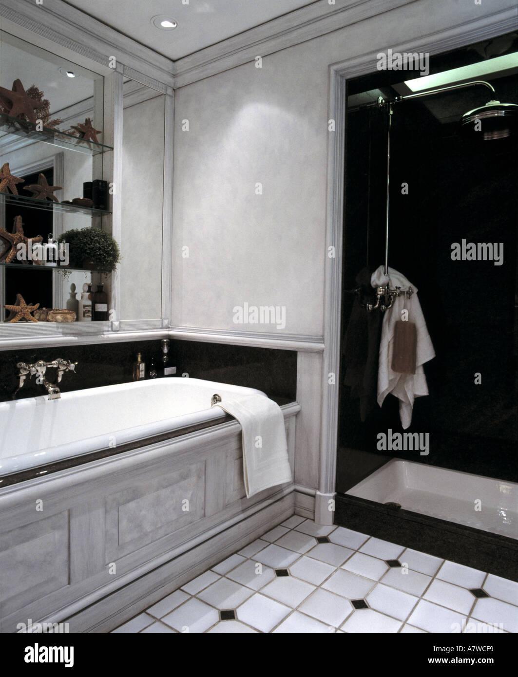 Cuarto de baño con bañera y ducha Foto & Imagen De Stock: 2219256 ...