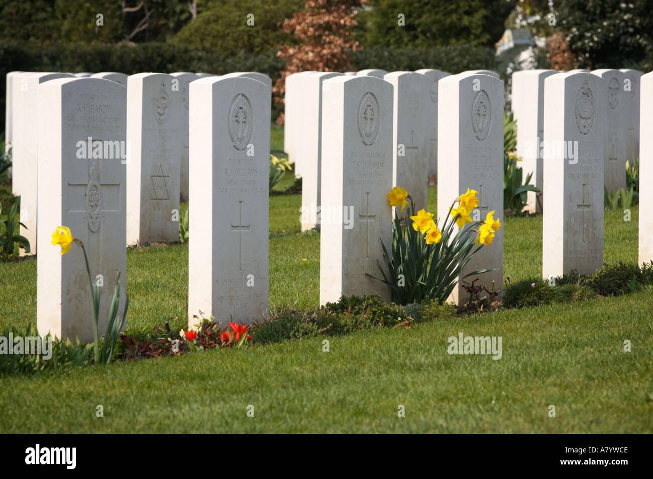 Las tumbas de guerra en la II Guerra Mundial en el cementerio militar de Ranville Calvados Normandía Francia Imagen De Stock