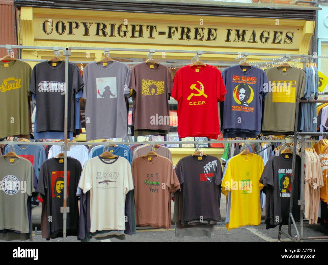 Camisetas en un puesto en el mercado en el Covent Garden de Londres fuera de una tienda con signo de imágenes libres de derechos de autor Foto de stock