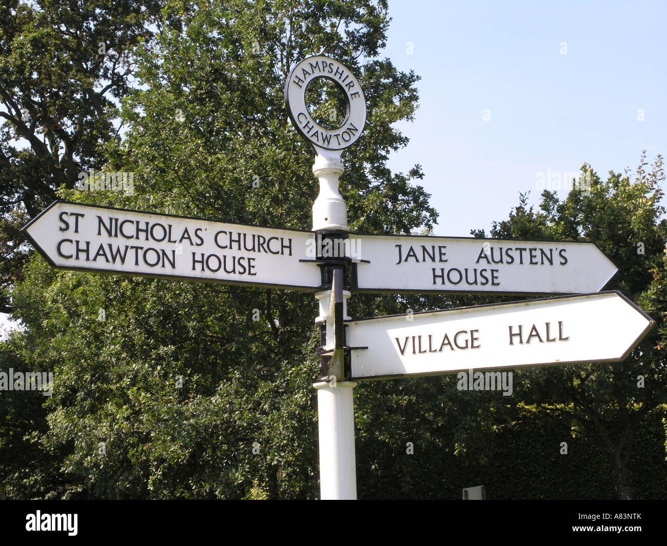 Hampshire chawton village signpost jane austens casa salón Village y la iglesia de Inglaterra gb Imagen De Stock