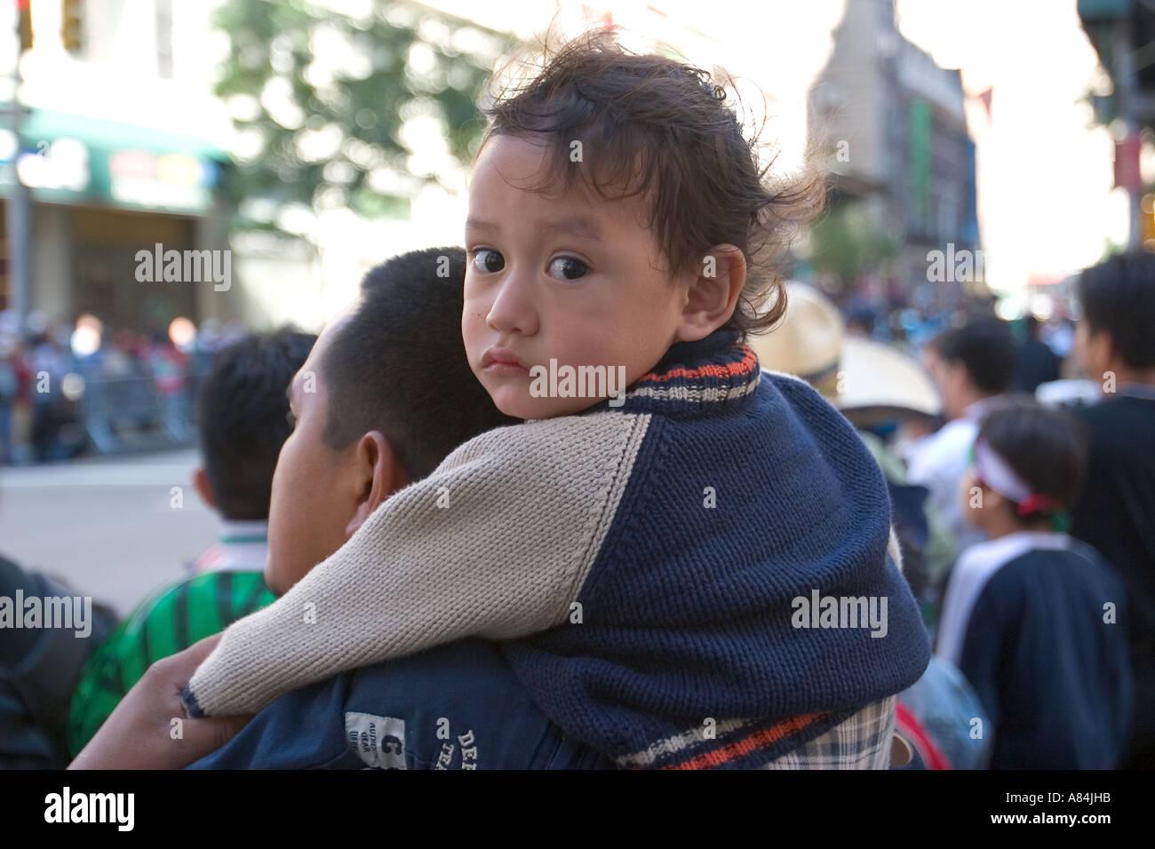 Niño mexicano-estadounidense con su padre en el Desfile del Día de la Independencia Mexicana en Madison Avenue en la Ciudad de Nueva York Imagen De Stock