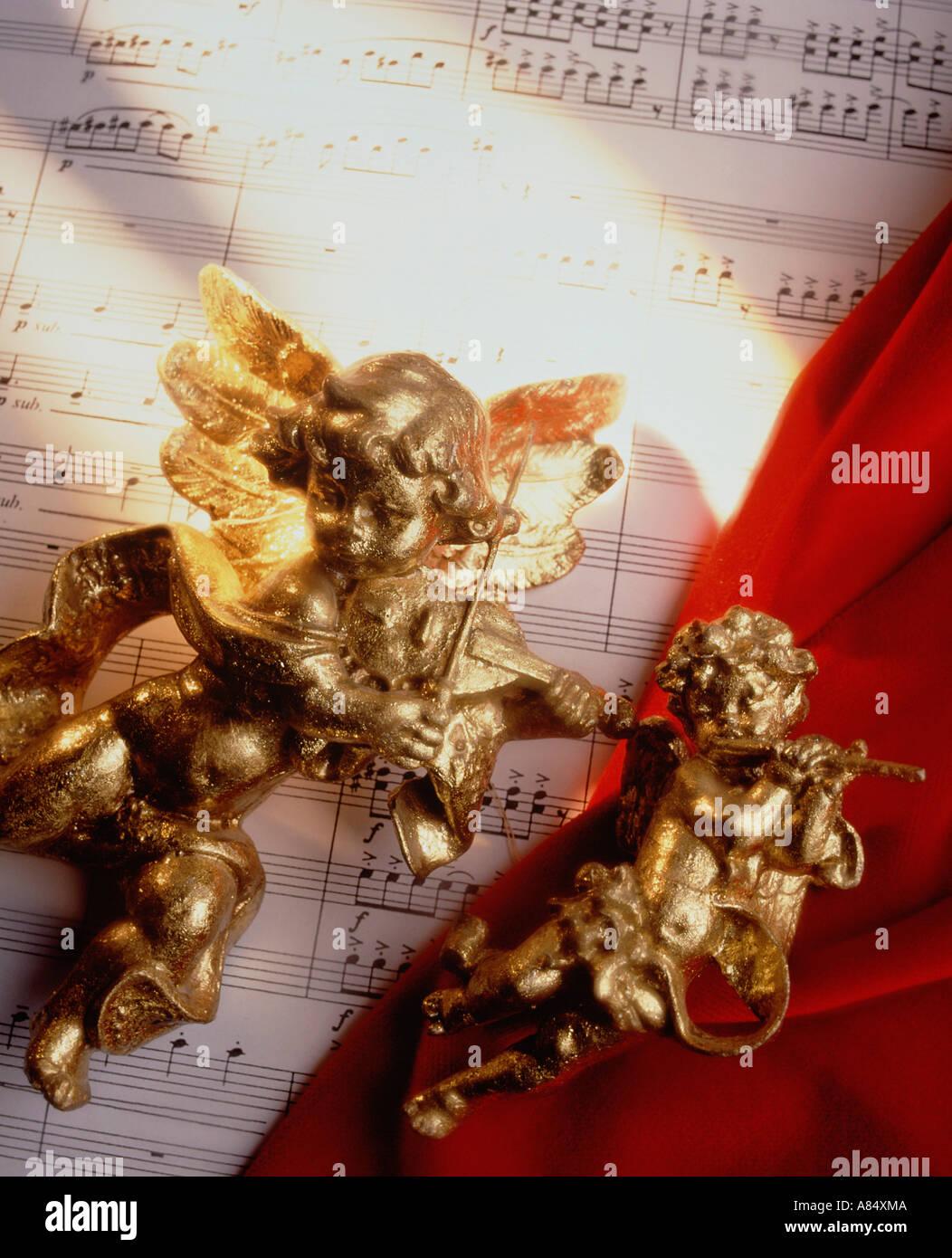 Still life. Concepto de música con partituras y golden querubín cifras. Imagen De Stock