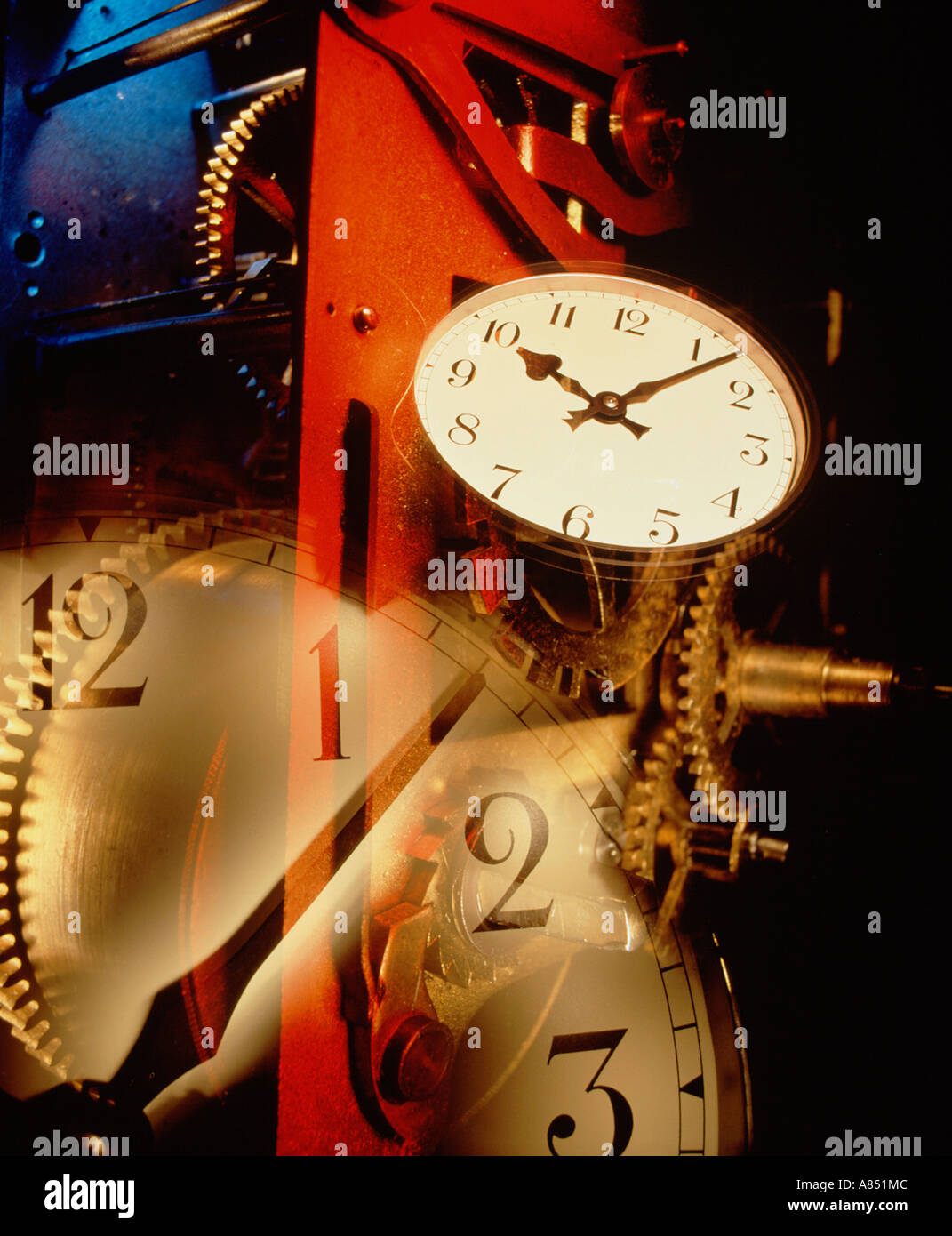 Tiempo de vida aún concepto montage de mecanismo de reloj reloj cogs y caras. Imagen De Stock