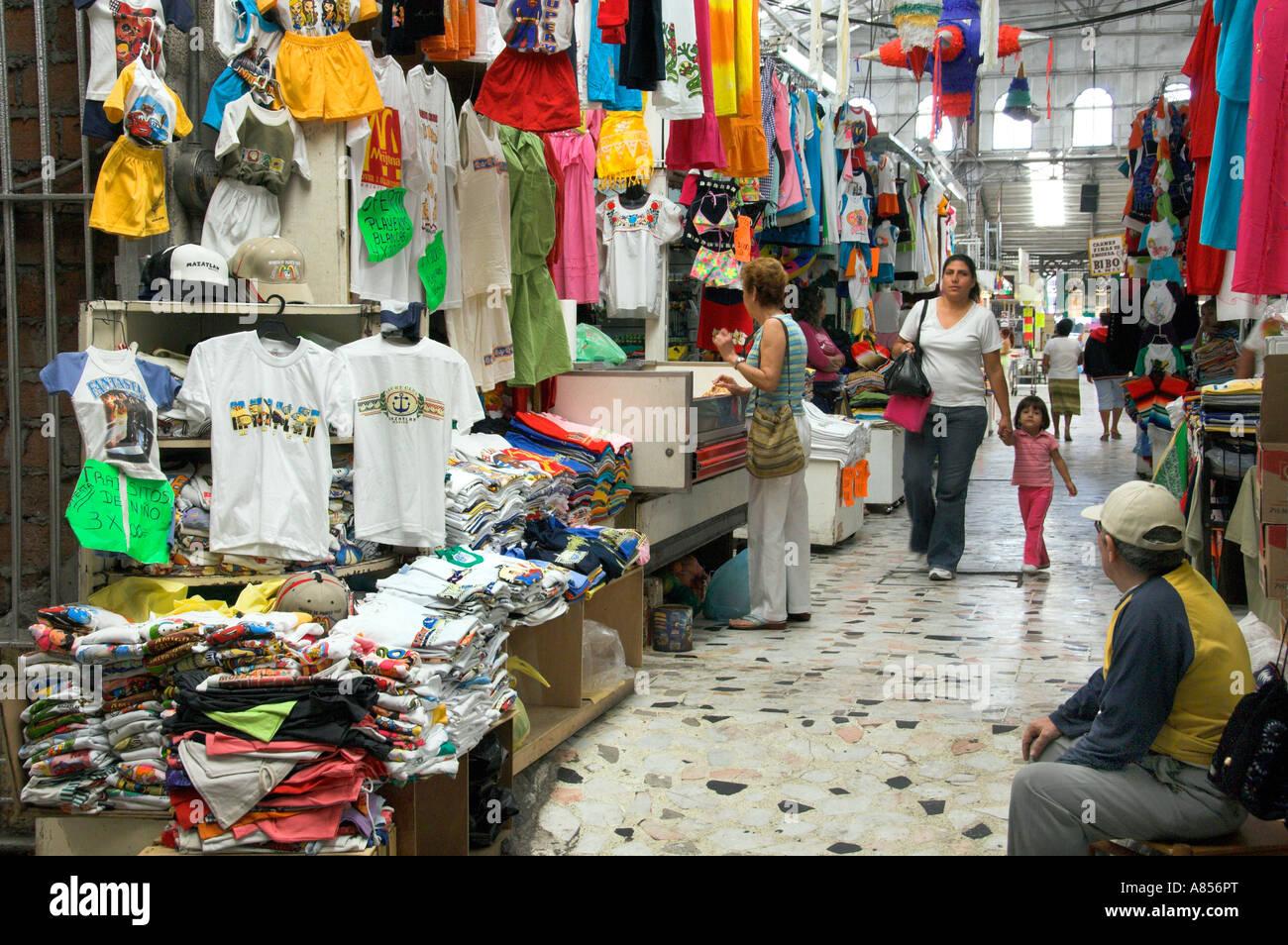 a6ddbe908e Un mercado de ropa en el Mercado Municipal en el centro de la ciudad de  Mazatlan