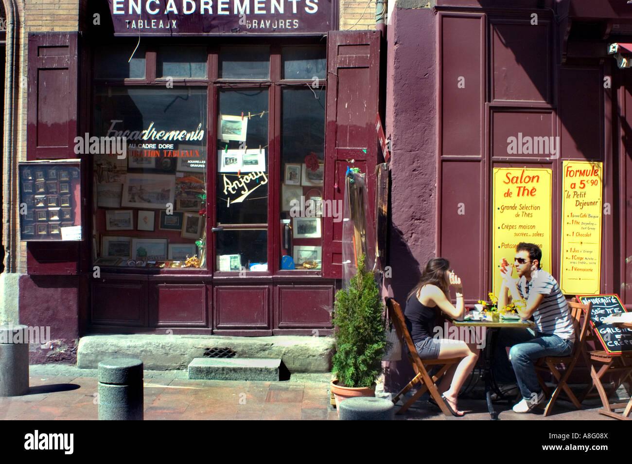 Toulouse Francia Adulto Joven Pareja Compartiendo Bebidas Y