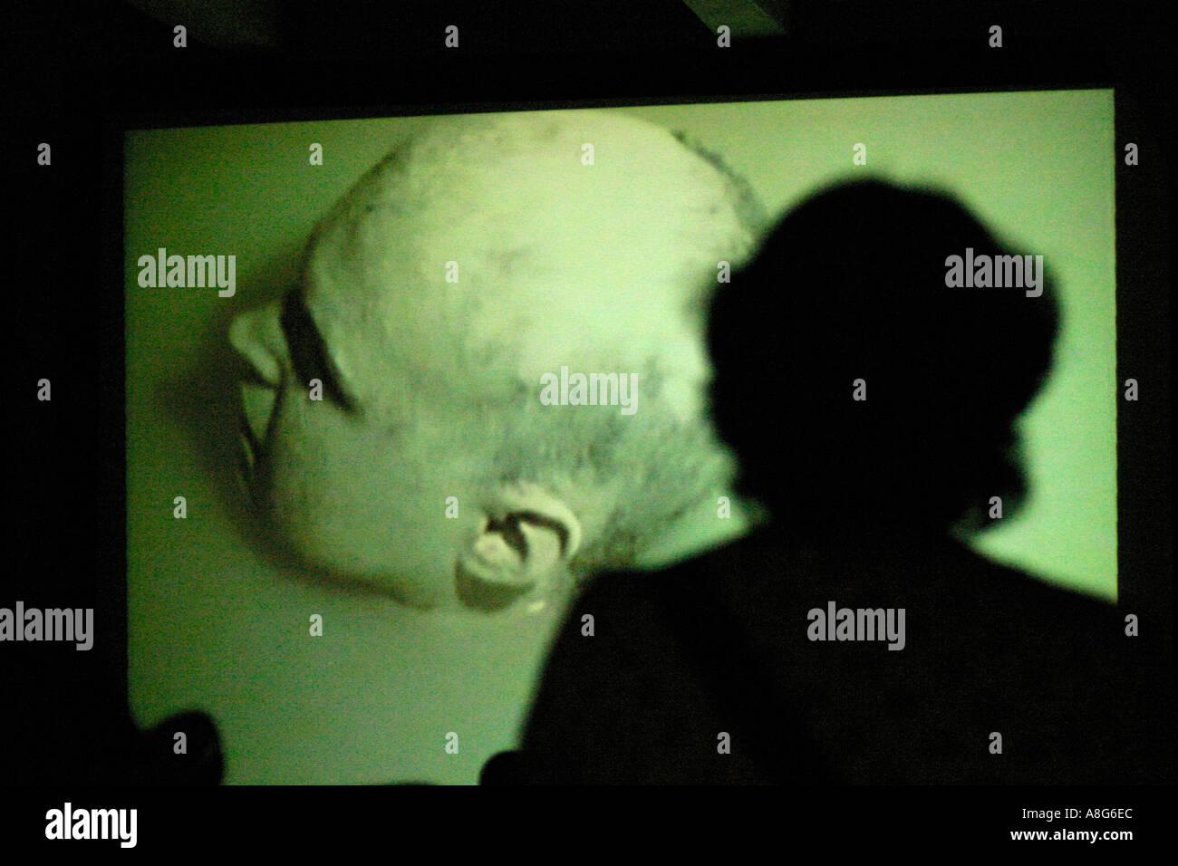 Silueta sombra de visitantes de un video show Berlín ALEMANIA Imagen De Stock