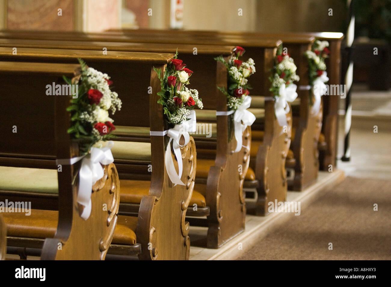 Arreglos Florales Para Una Boda En Los Bancos De Oración En