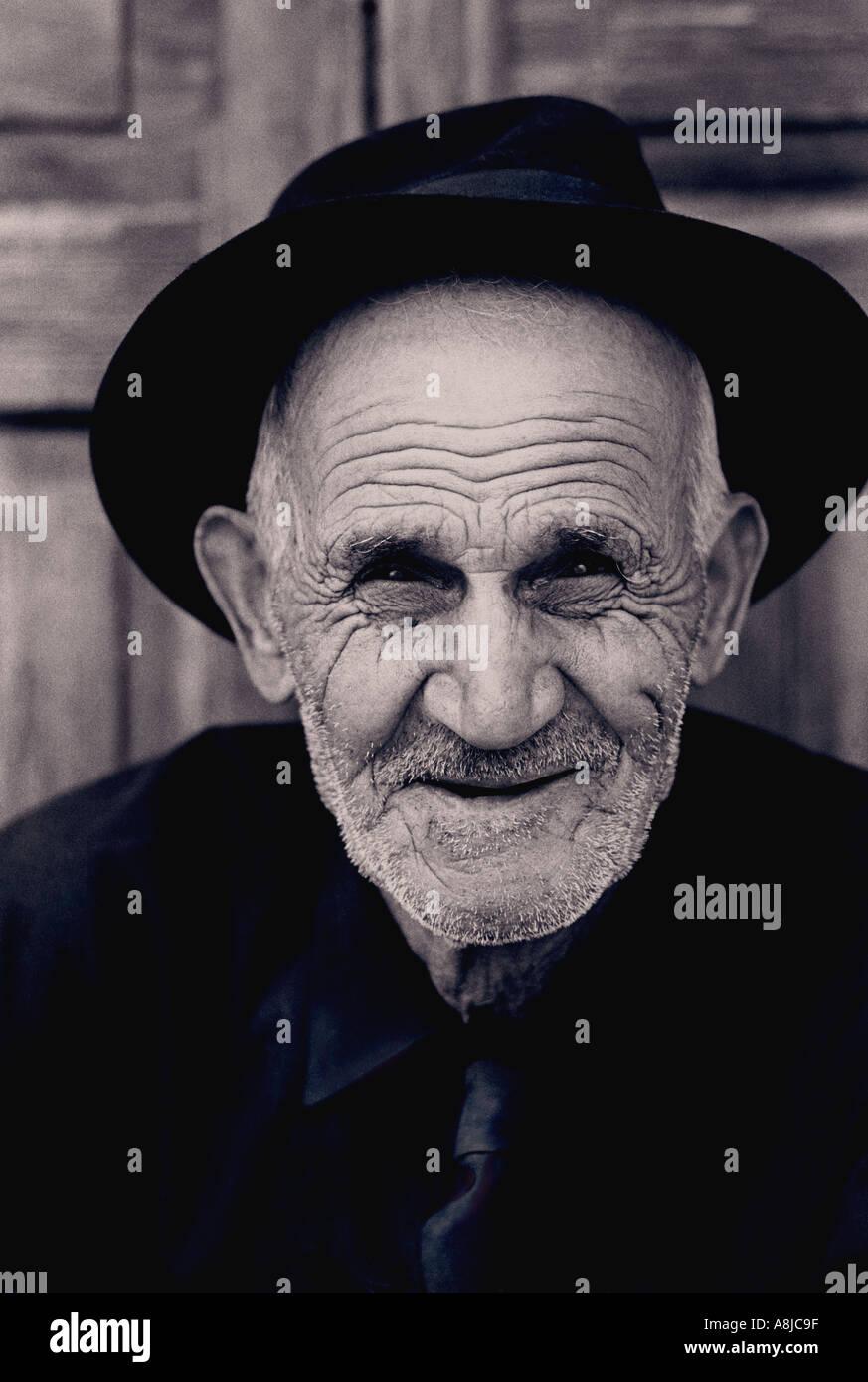 Personaje B+W Retrato de estudio feliz anciano caballero Canarias en Vegueta, Las Palmas, Islas Canarias, España Imagen De Stock
