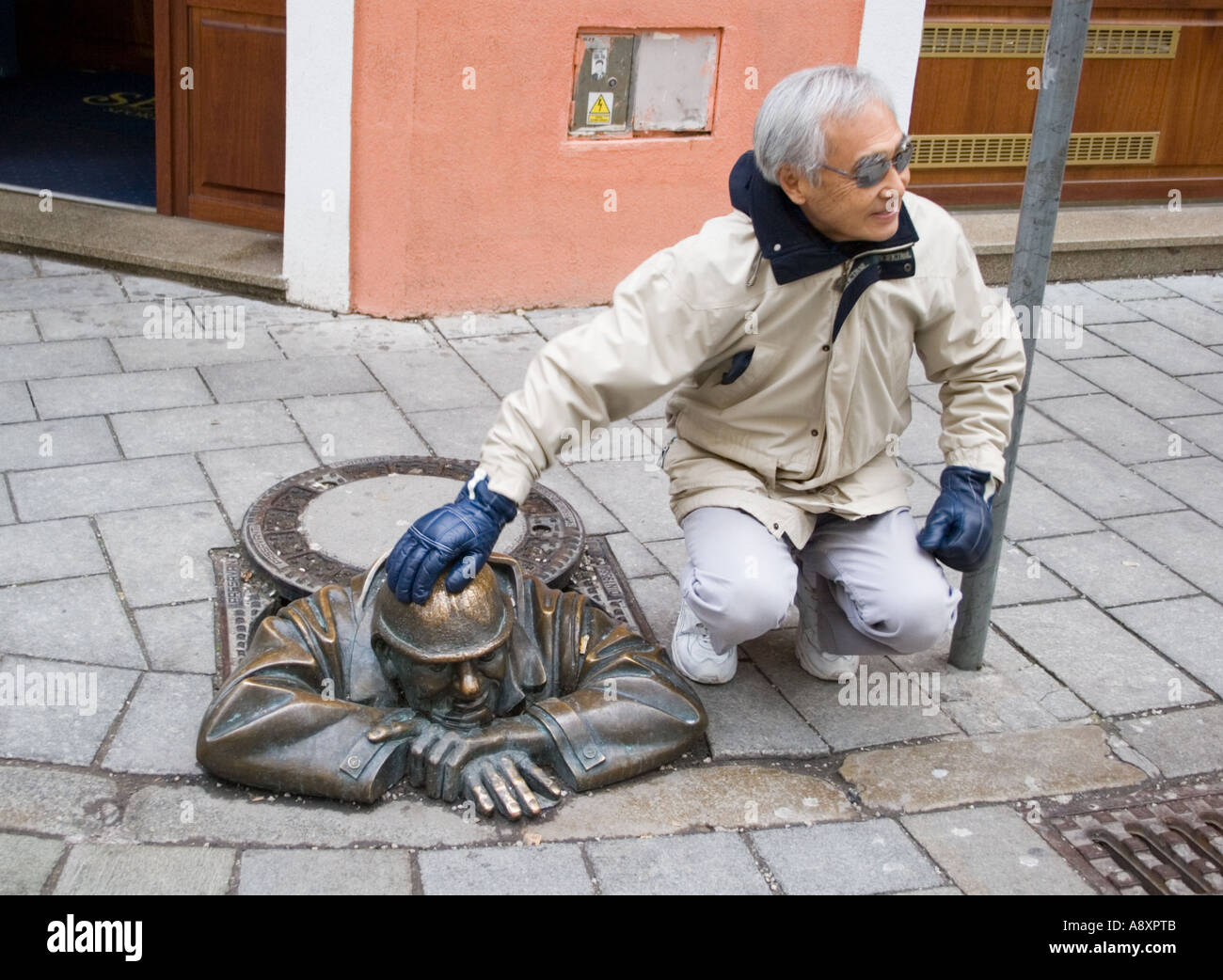 Calle escultura en Bratislava. Foto de stock