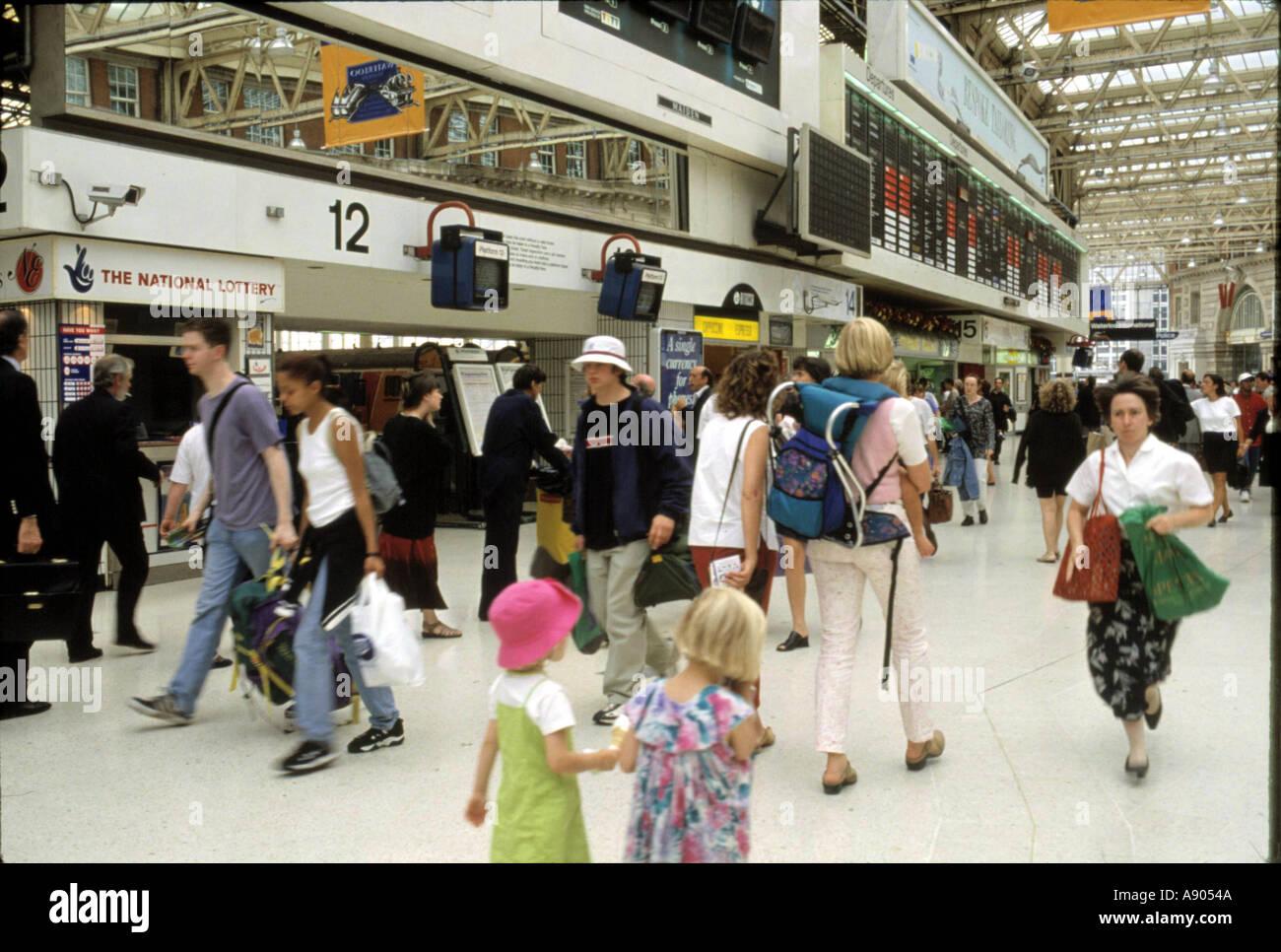 La gente en la estación de trenes de Waterloo Imagen De Stock