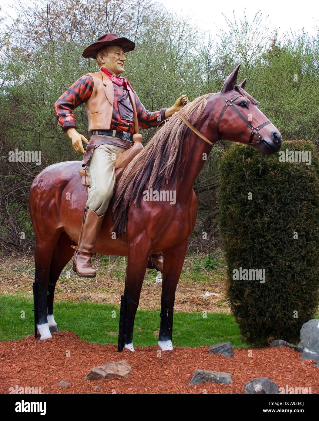 John Wayne en la estatua de un caballo en el Classic Auto Wash en Cromwell Connecticut Imagen De Stock