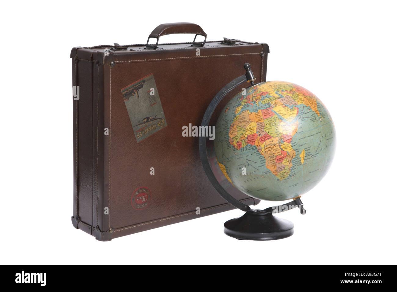 Vintage Globo y maleta recortadas sobre fondo blanco. Imagen De Stock