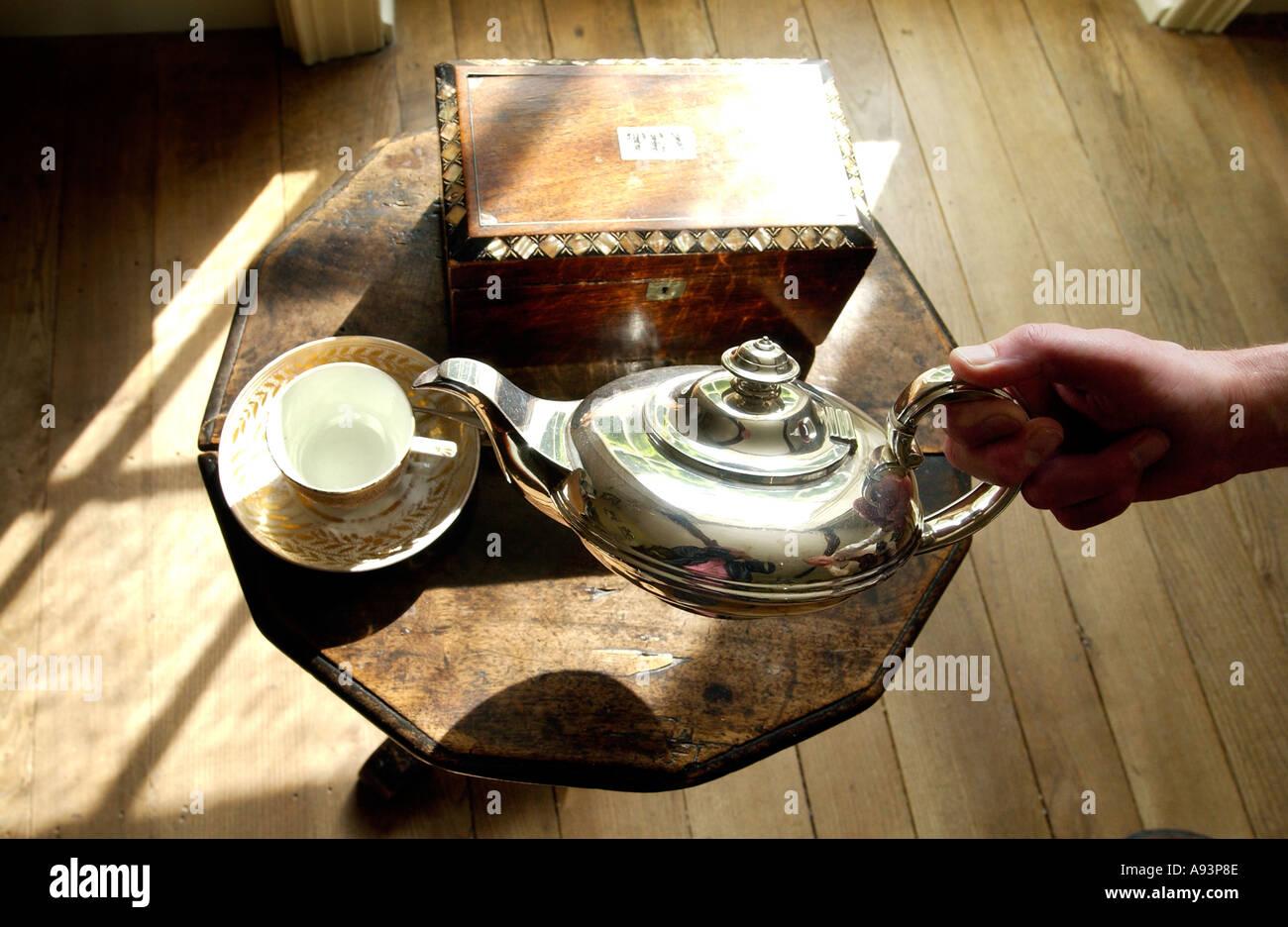 Jane Austens mesa escritorio y sus hermanas la tetera en el museo de la Casa [de Jane Austen] Imagen De Stock