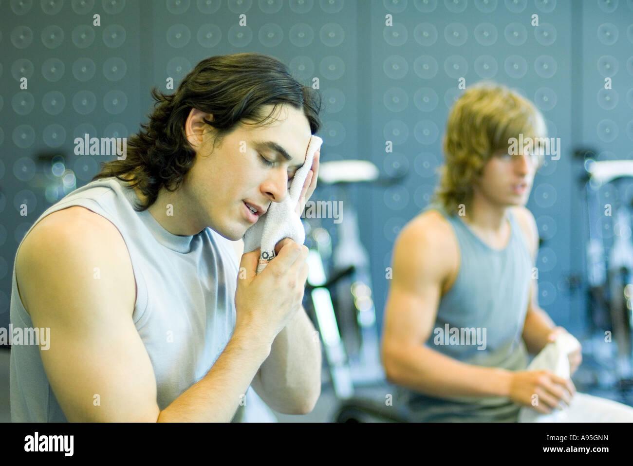 Los hombres en el gimnasio, una cara de barrido Imagen De Stock