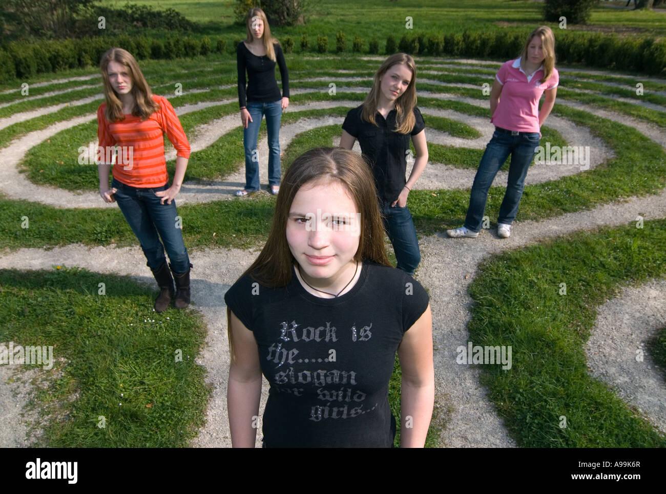 5 Chicas De Entre 13 Y 15 Años De Pie En Un Laberinto Foto