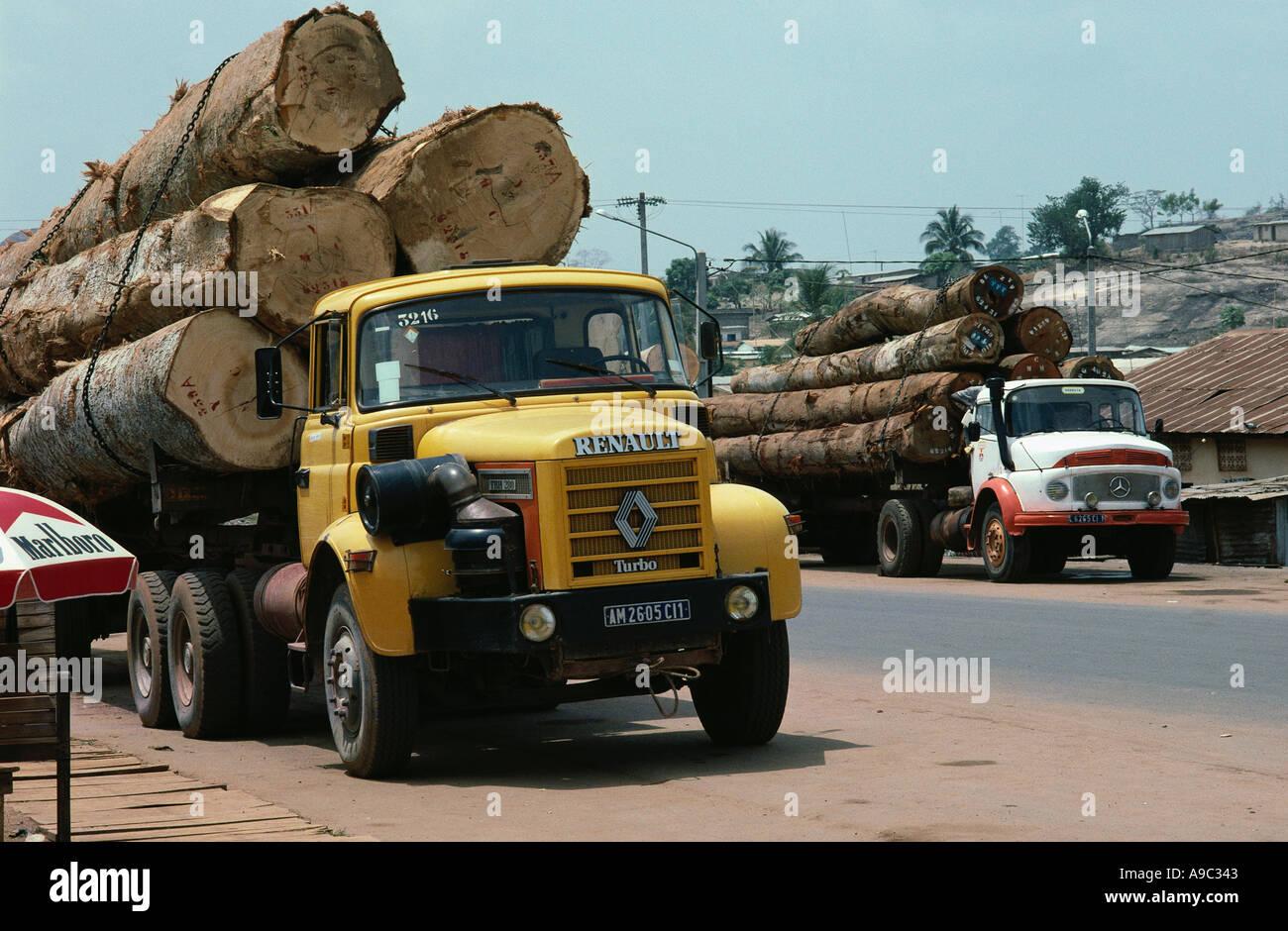 La deforestación camiones cargados con troncos en el oeste de Costa de Marfil en África Occidental Imagen De Stock