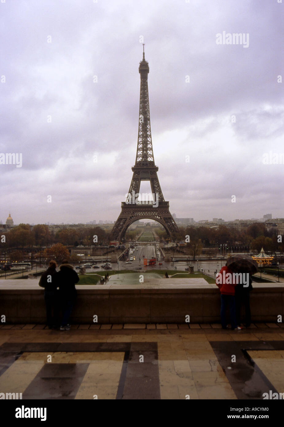 Vista del magnífico Tour Eiffel Tower uno de los edificios más altos de hierro en el mundo París Francia Europa septentrional Foto de stock