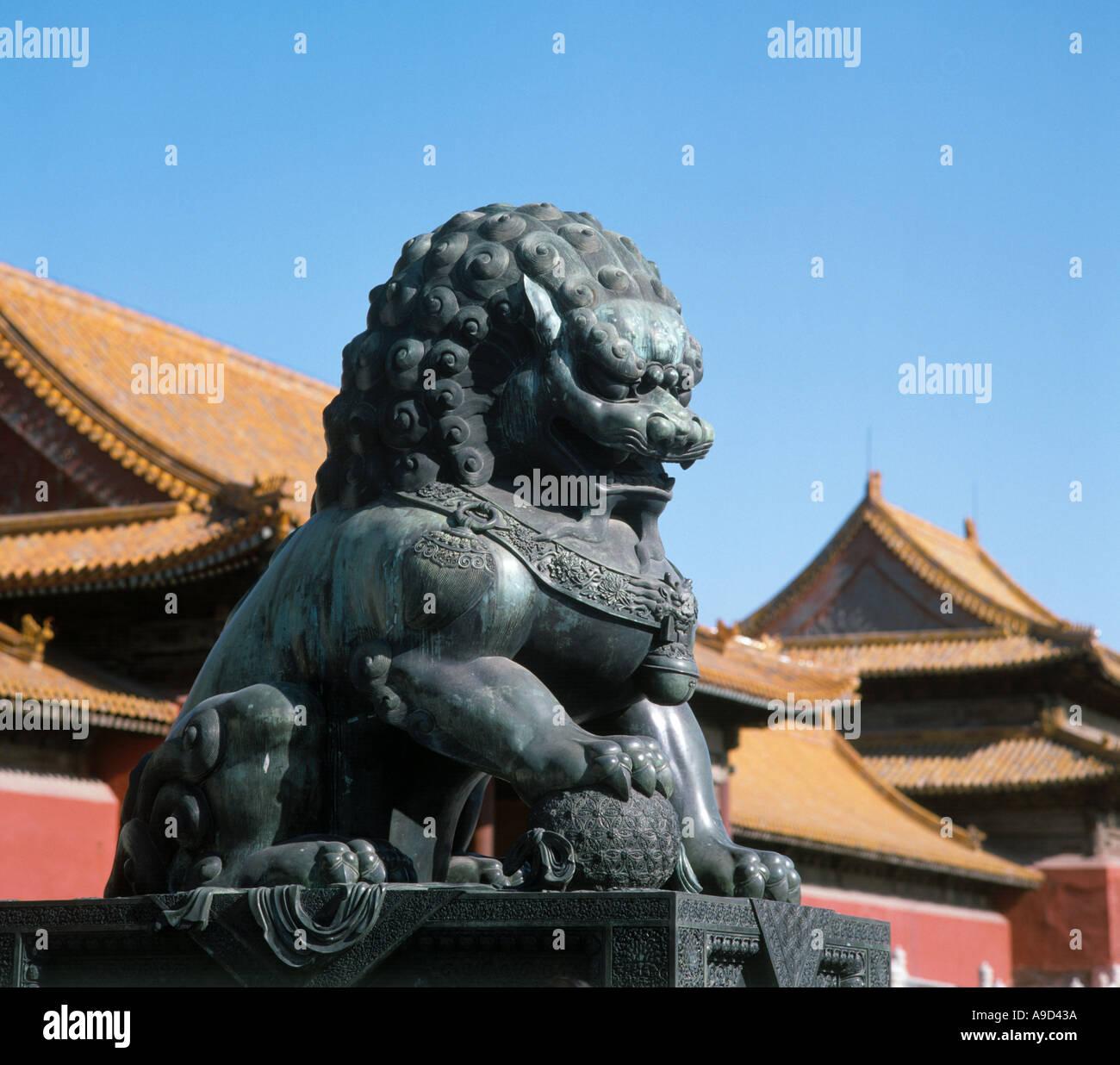 Estatua de un león de bronce, el Palacio Imperial, la Ciudad Prohibida, Beijing, China Imagen De Stock