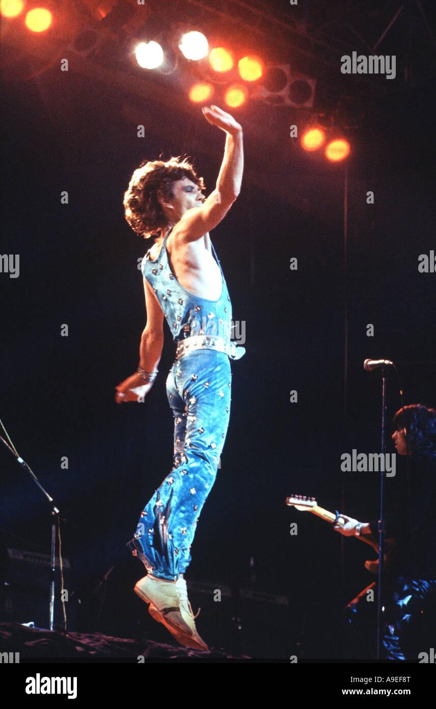 Mick Jagger, en uno de sus saltos, una leyenda en su vida, formaron la revista Rolling Stone con Keith Richards Imagen De Stock
