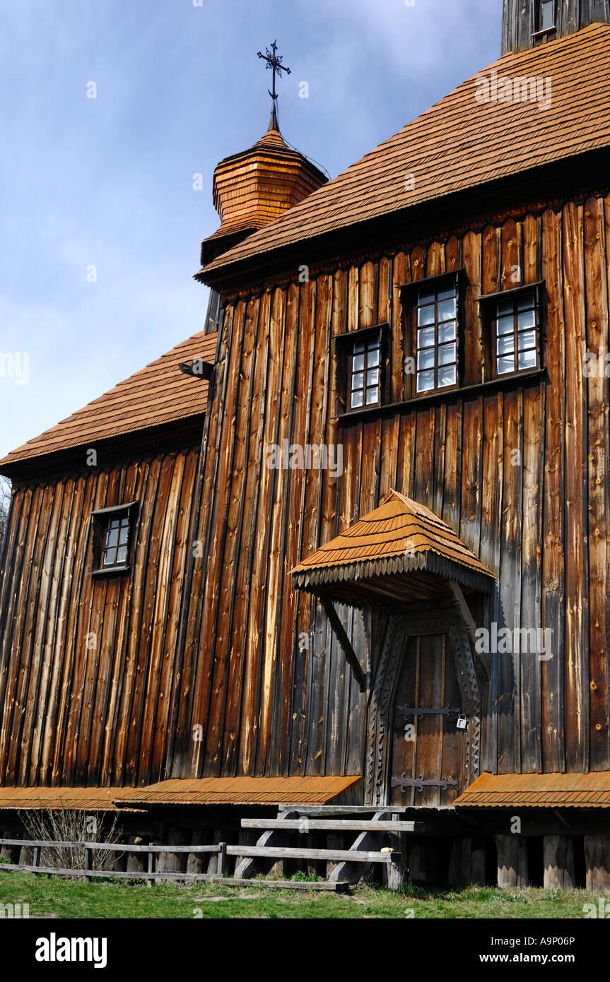 Madera antigua iglesia ortodoxa en Ucrania Imagen De Stock