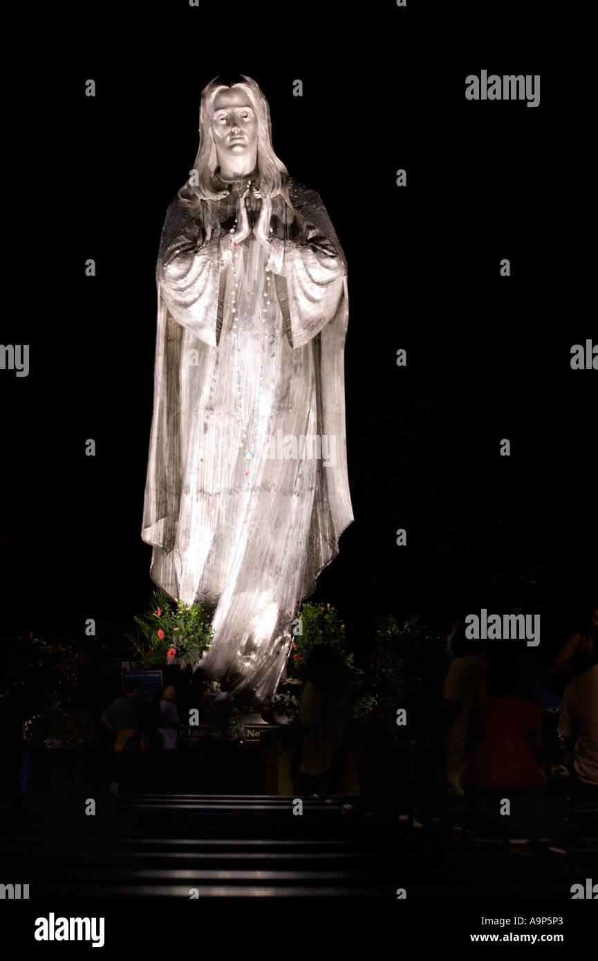 Ilumina la estatua de la Virgen María en la fiesta italiana Milwaukee WI Imagen De Stock