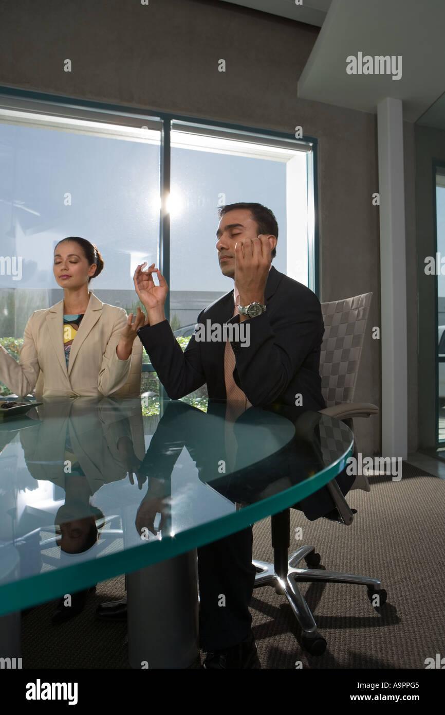Gente de negocios meditando Imagen De Stock