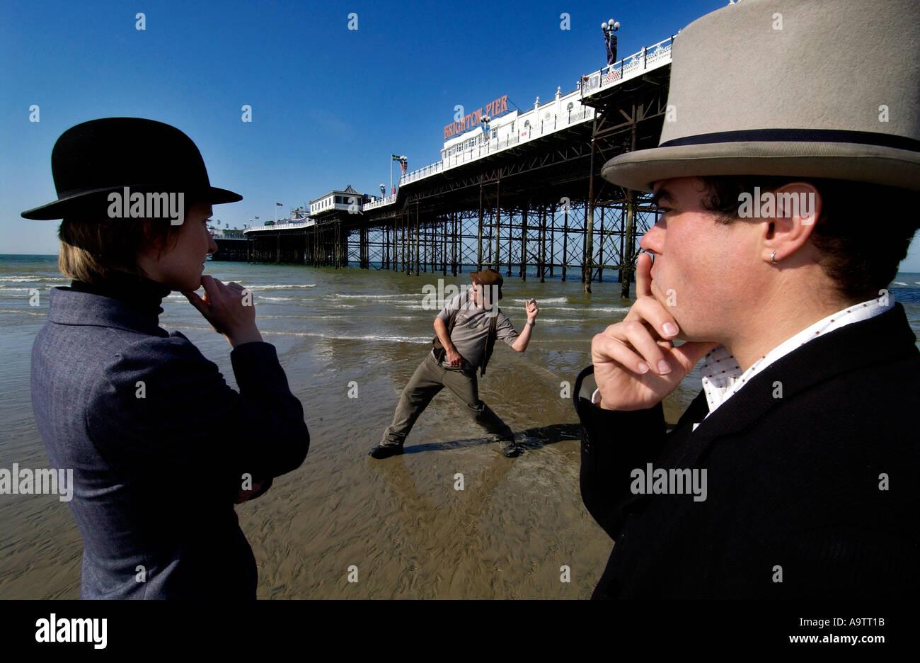 Stone rozando la competencia en la playa de Brighton. Un aspirante lob una piedra, vigilado por dos jueces, uno en un jugador de bolos, uno en un sombrero superior Foto de stock