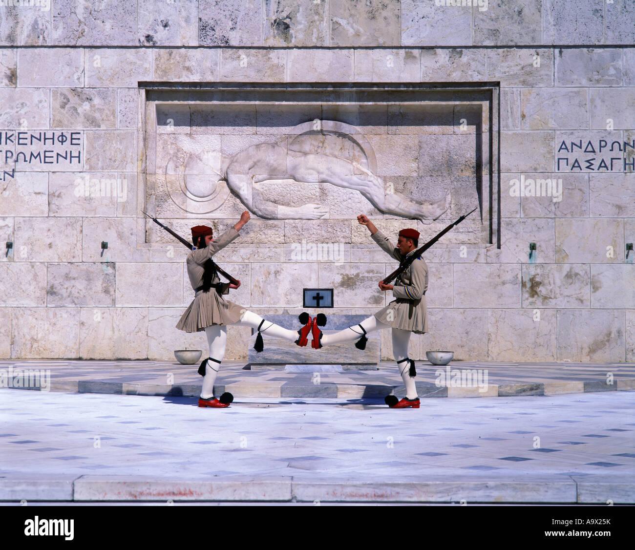 El cambio de la guardia de honor EVZON Tumba del Soldado Desconocido Atenas GRECIA Foto de stock