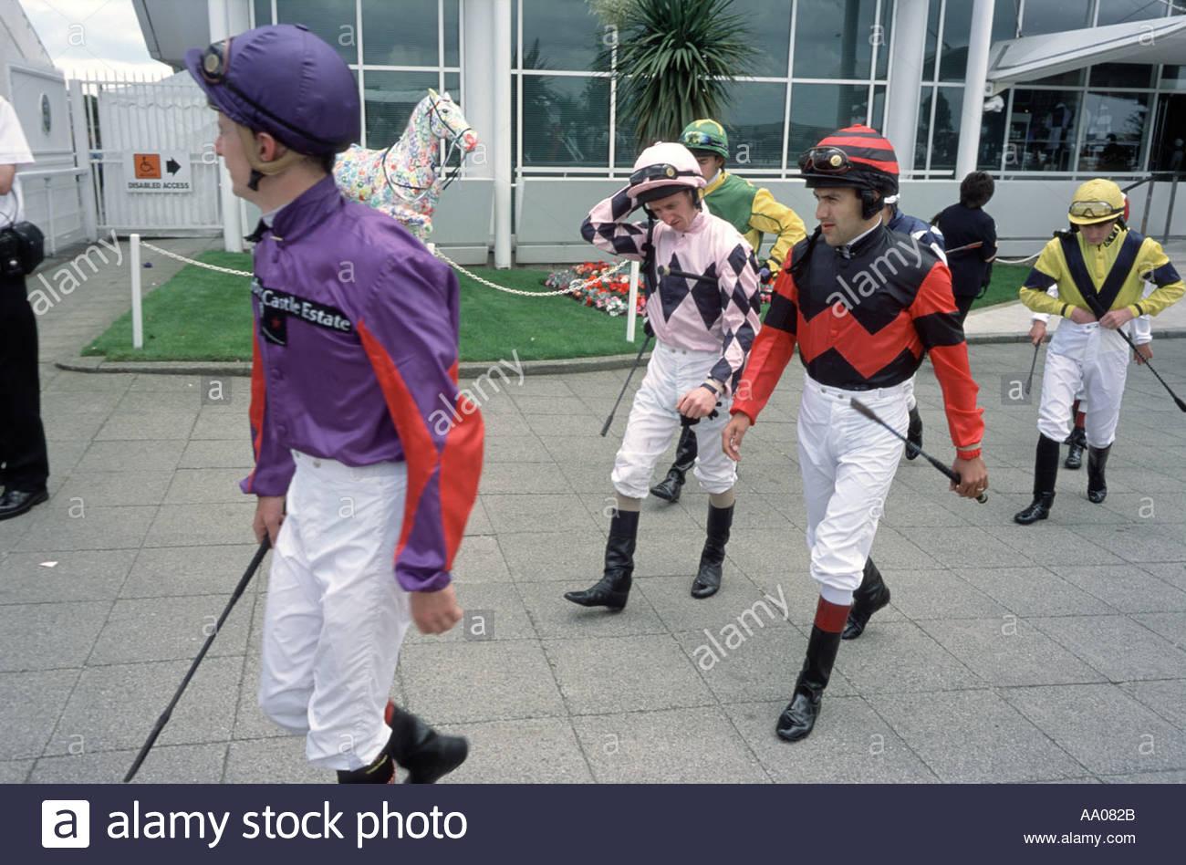 Jinetes en Epsom Downs hipódromo Derby Día Imagen De Stock
