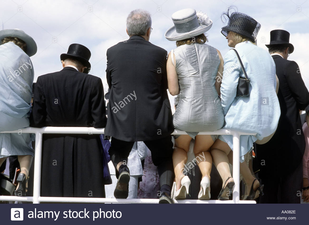Racegoers en traje formal en Epsom Downs hipódromo Derby Día Imagen De Stock