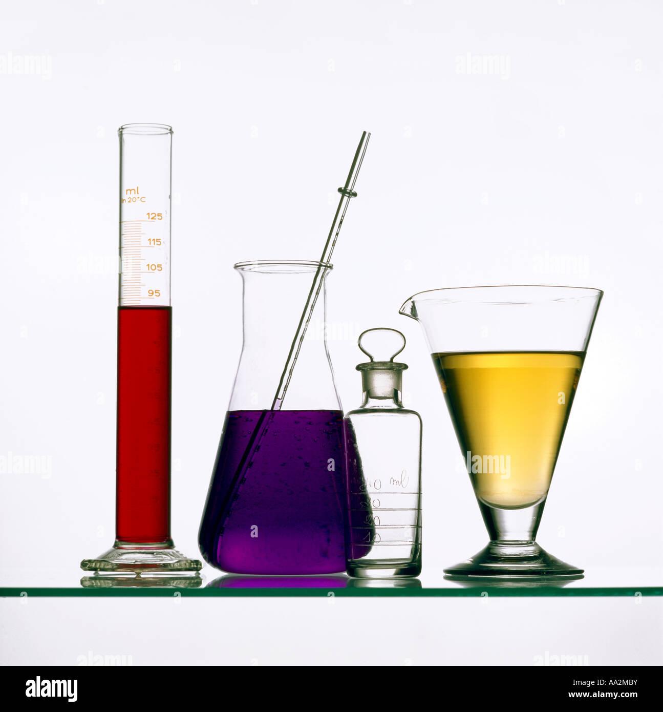 Grupo de tubos de ensayo y vasos de precipitados en un laboratorio de ciencia Imagen De Stock