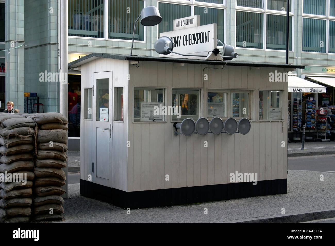 Alemania Berlin Checkpoint Charlie histórico monumento de la Guerra Fría frontera Imagen De Stock