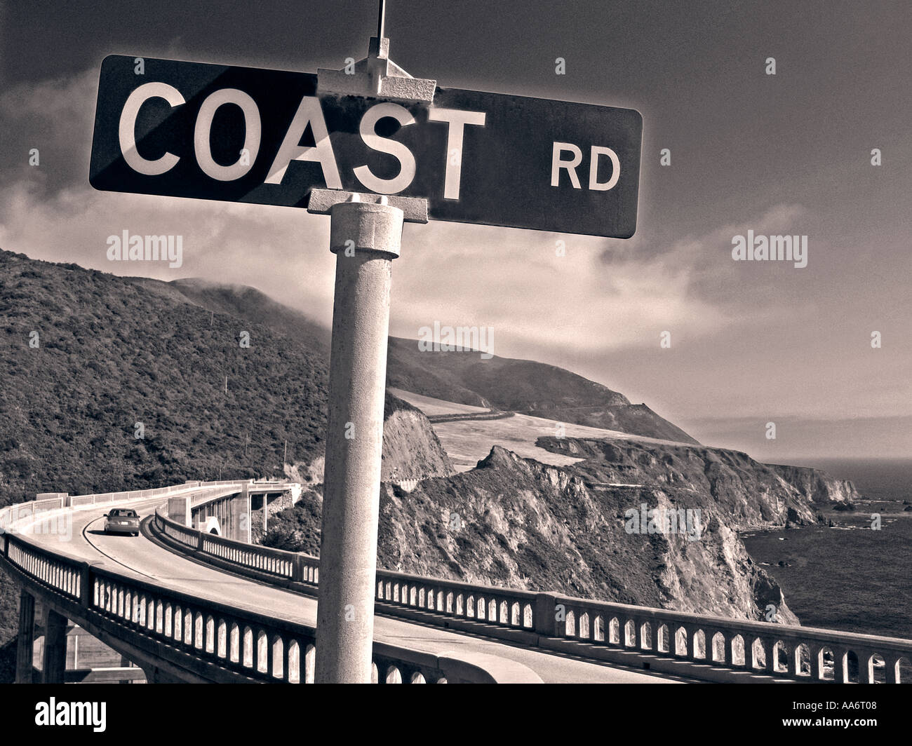Señal de Carretera de la costa a costa de Big Sur, Puente Bixby de Monterey California USA con retro-B+W tratamiento Imagen De Stock