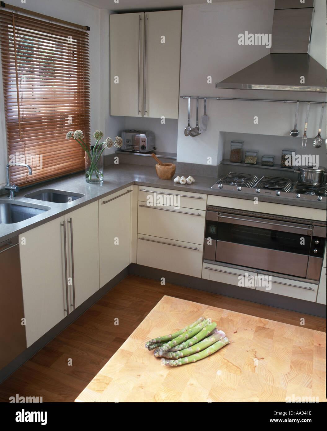 La cocina de la casa del dise ador roundhouse dise o peque o blanco y moderna cocina de acero - Disenador de cocinas ...