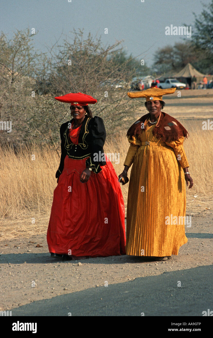 Dos mujeres Herero, vestida con un traje tradicional en la Ma Herero del desfile del día de agosto de Okahandja Imagen De Stock