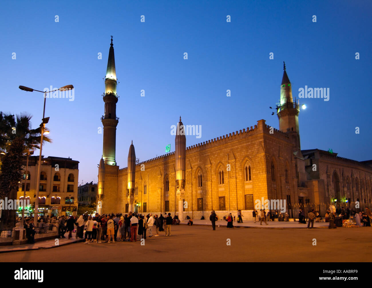 En la noche la mezquita Al-Hussein, El Cairo, Egipto Foto de stock