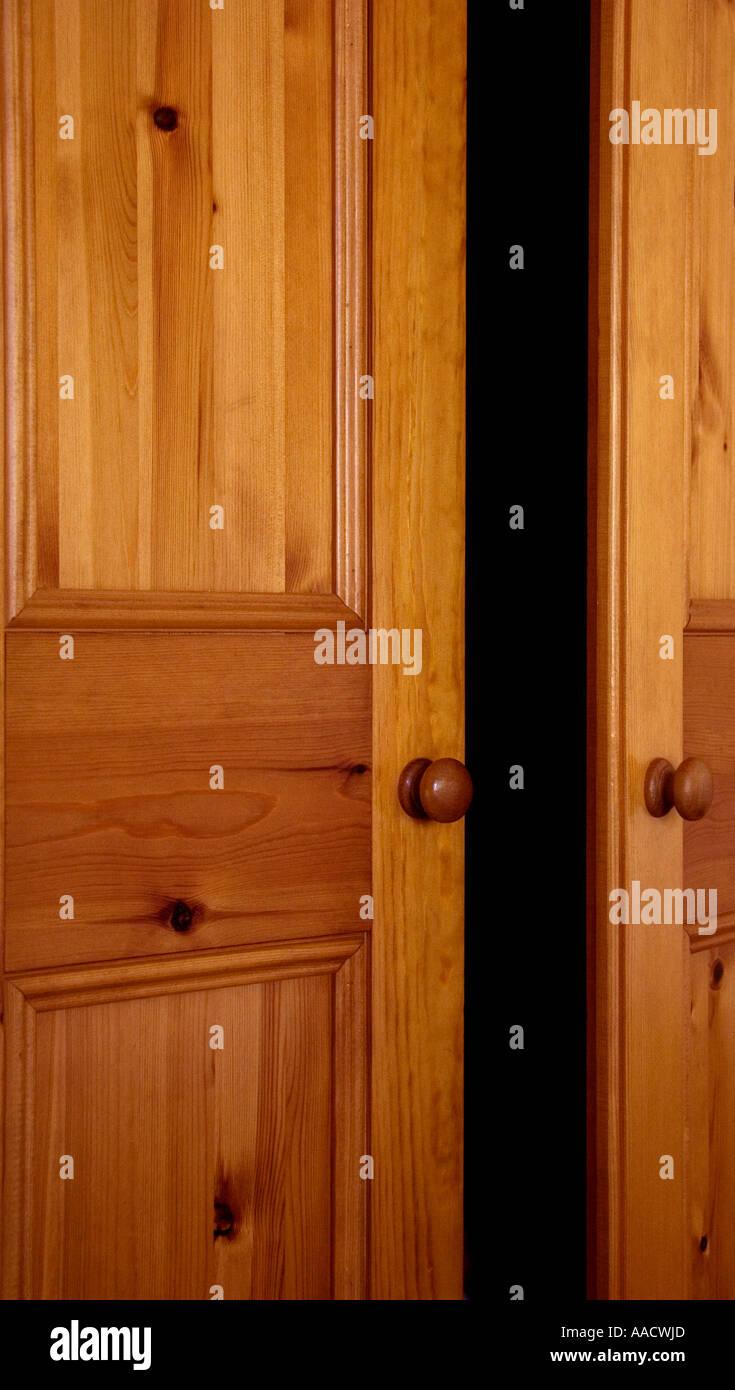 Armario puerta entreabierta Foto de stock