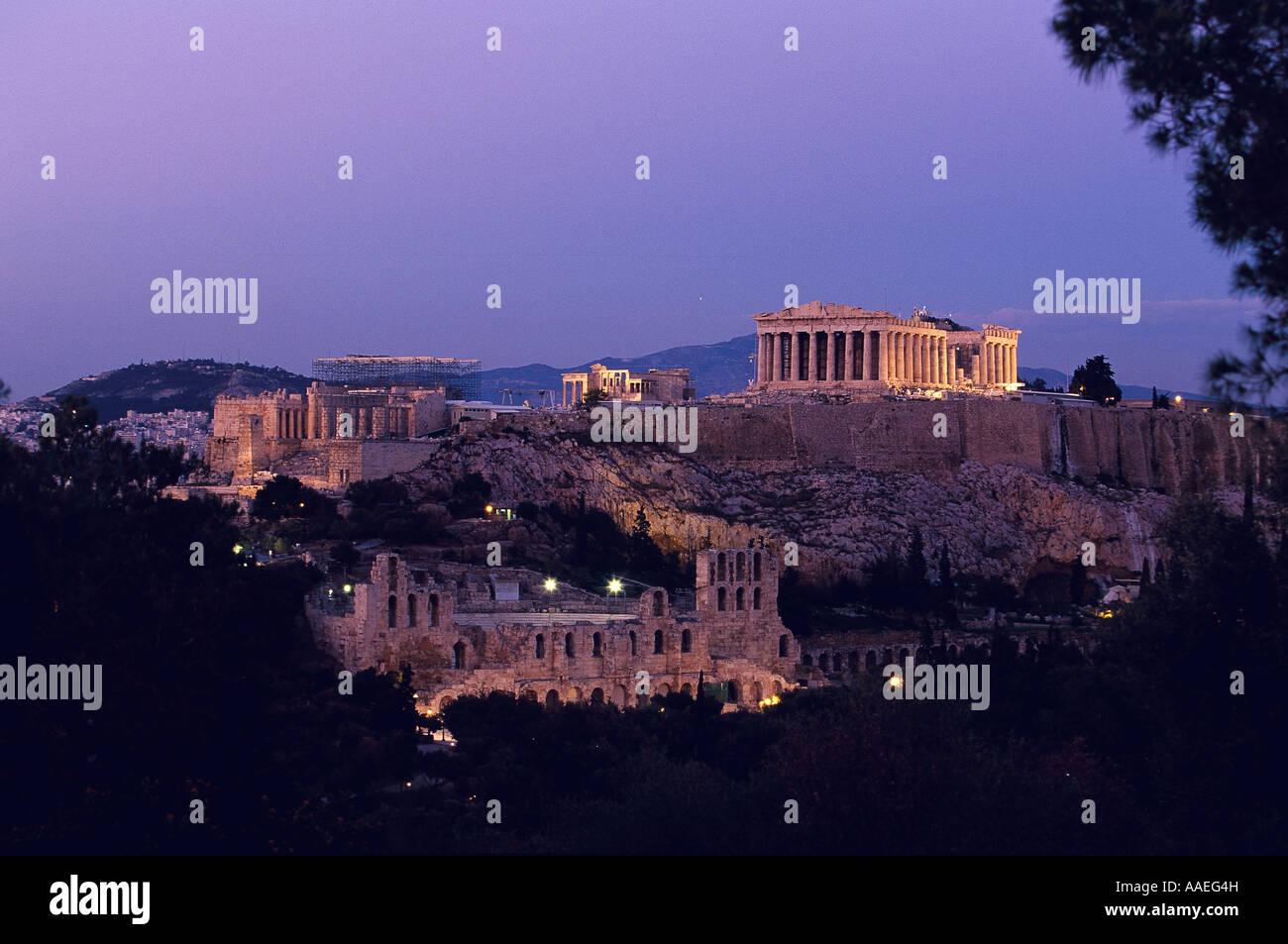 Por la noche, la vista de la acrópolis desde la colina Philopappos Foto de stock