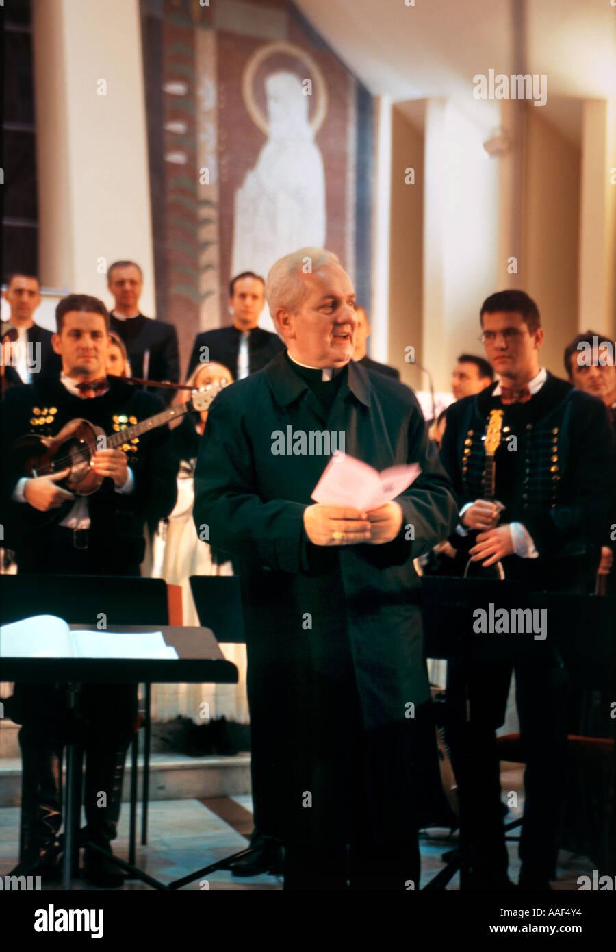 Nominado al Premio Nobel de la paz Franjo Komarica, obispo de Banja Luka, Bosnia y Herzegovina, en el concierto de Navidad de diciembre de 2005 en Banja Luka Imagen De Stock