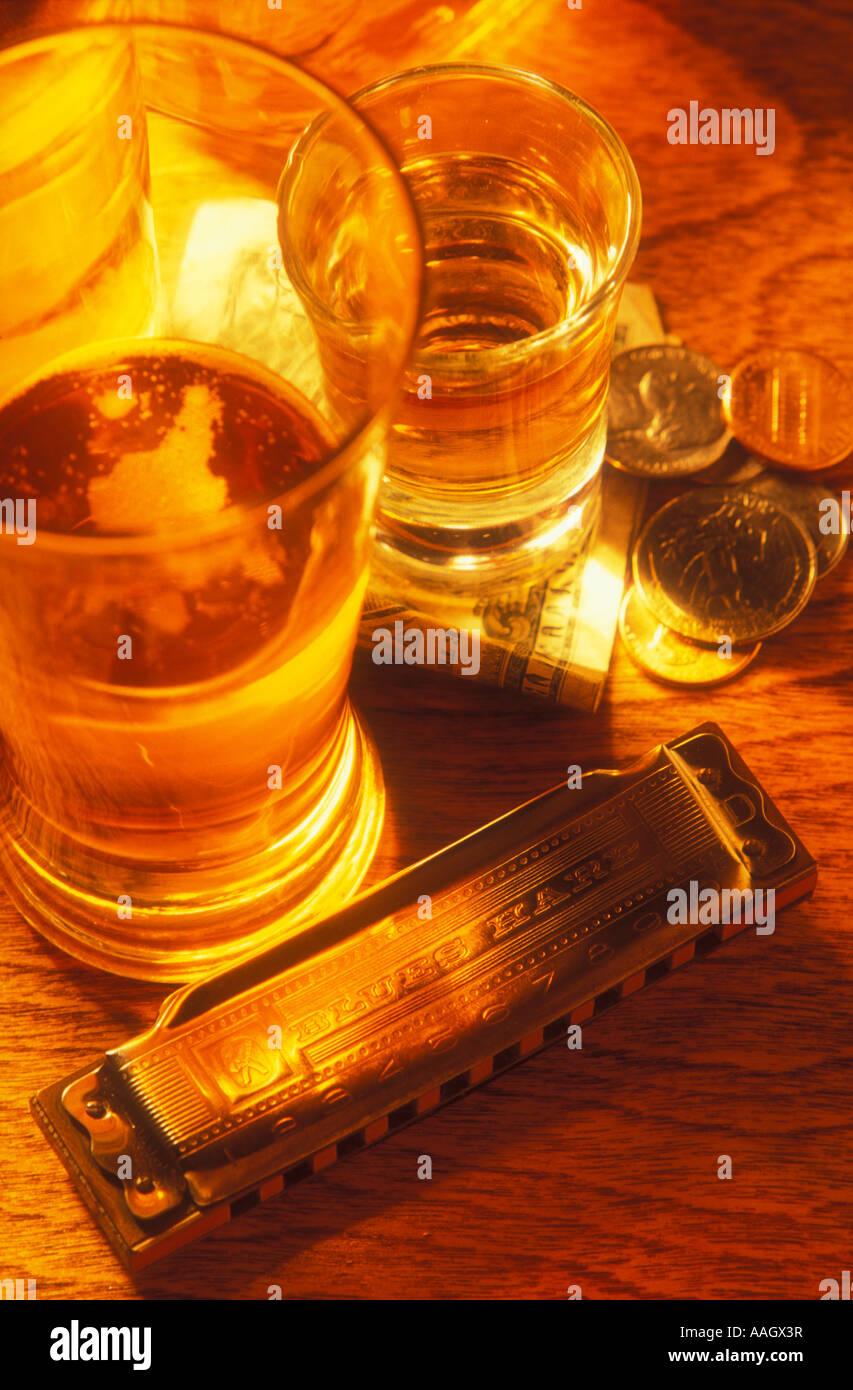 Todavía la vida de vaso de cerveza cristal del tiro dinero y armónica Imagen De Stock