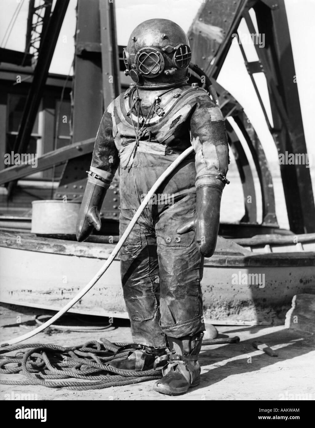 1930 1940 figura COMPLETA DEL HOMBRE EN HARD HAT SUBMARINA traje de buceo en mar profundo Imagen De Stock