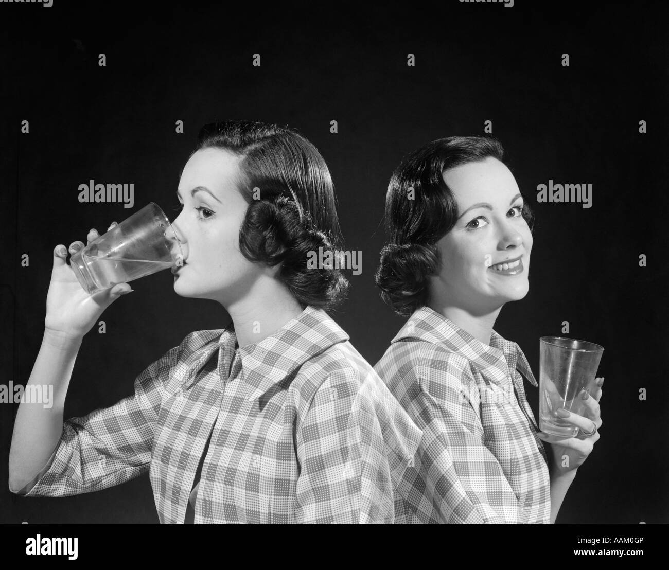 Una Exposición A En Mujer Bebiendo Cuadros Camisa 1950 De 1960 Doble qEIaIp