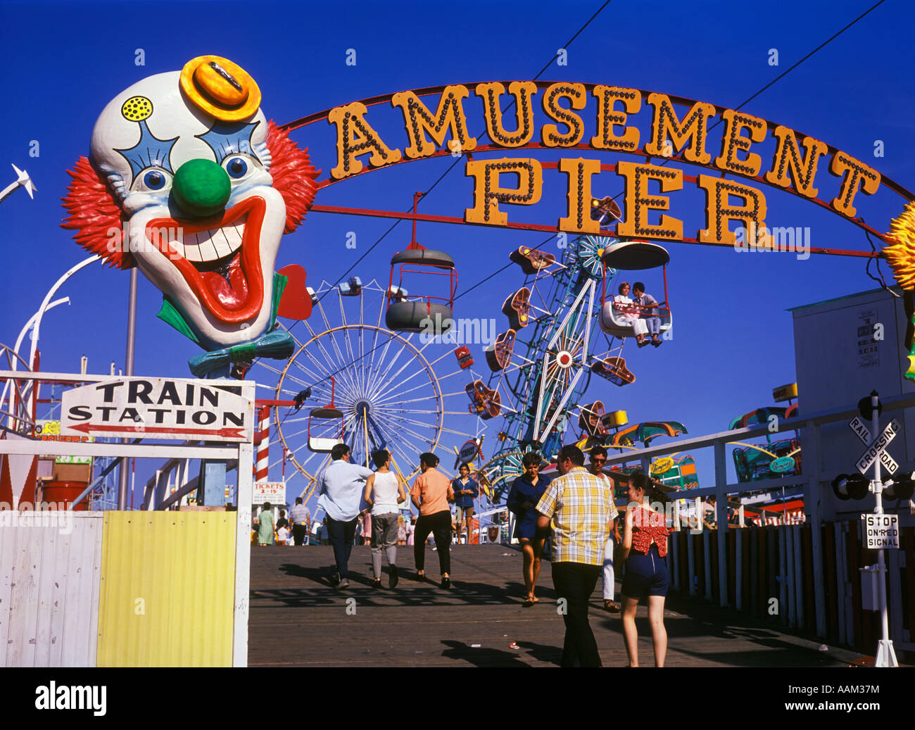 1960 Seaside Heights NEW JERSEY AMUSEMENT PIER FIRMAR Ríe payaso de los parques de diversiones BOARDWALK VERANO Imagen De Stock
