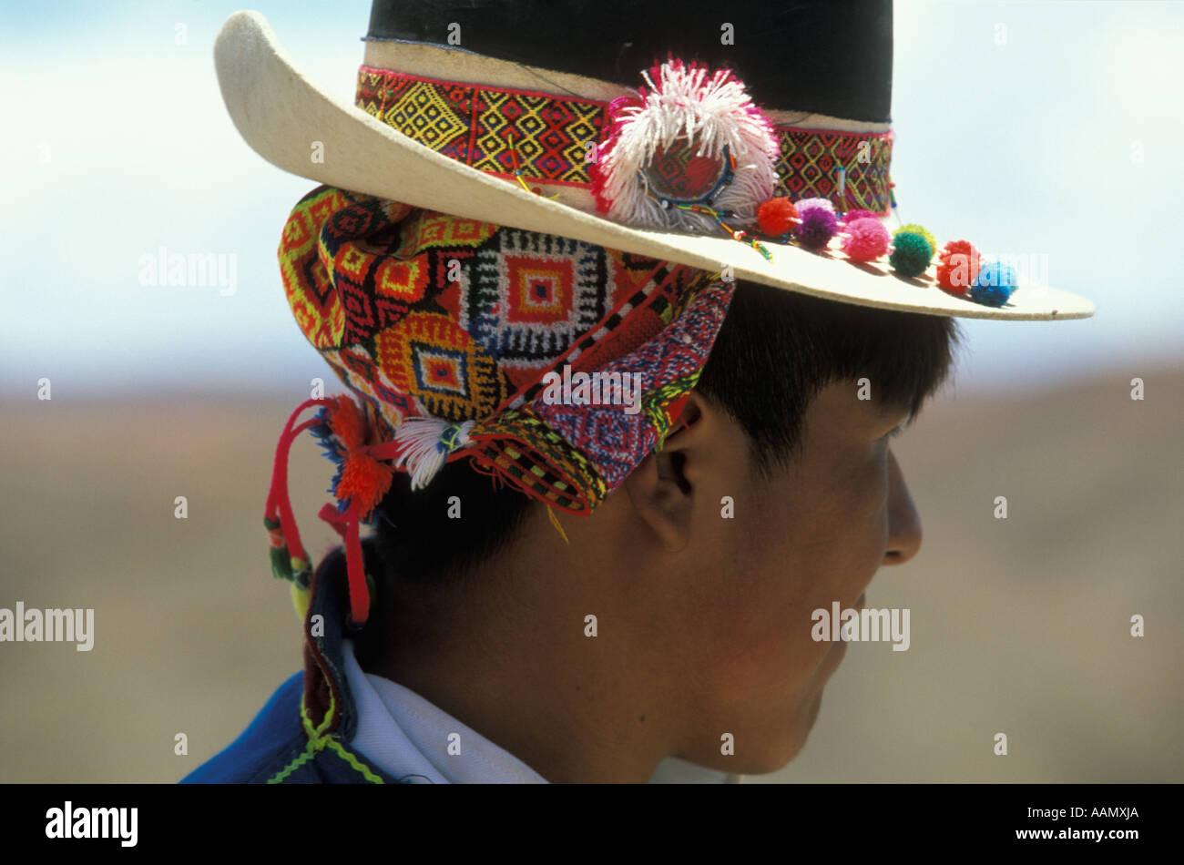 Un niño indio lleva un sombrero y coloridos headcloth tradicionales en los  Andes 7c4d9006dc7