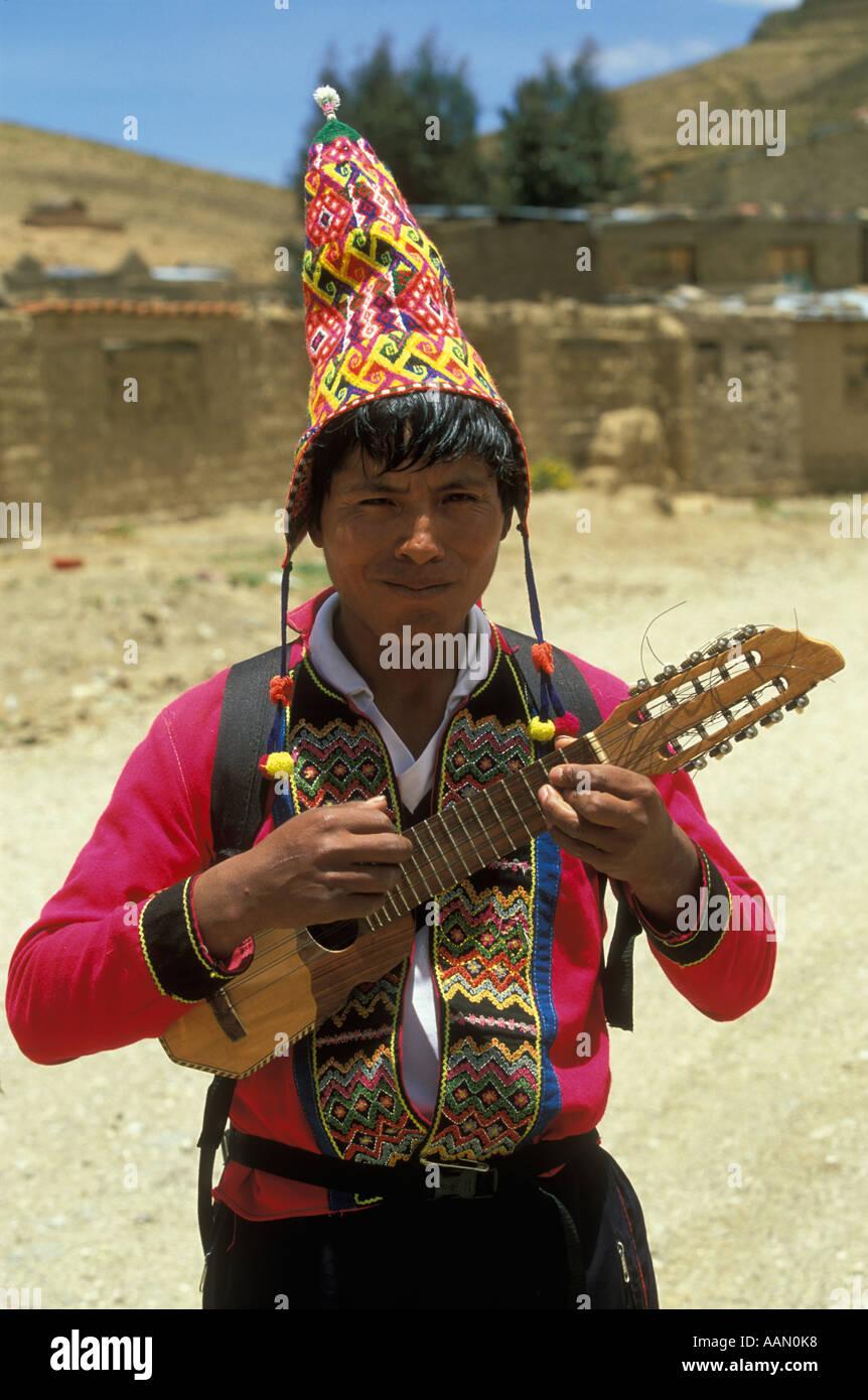 Un hombre de origen indio que vestía ropa tradicional desempeña el charango a4d14c6a632