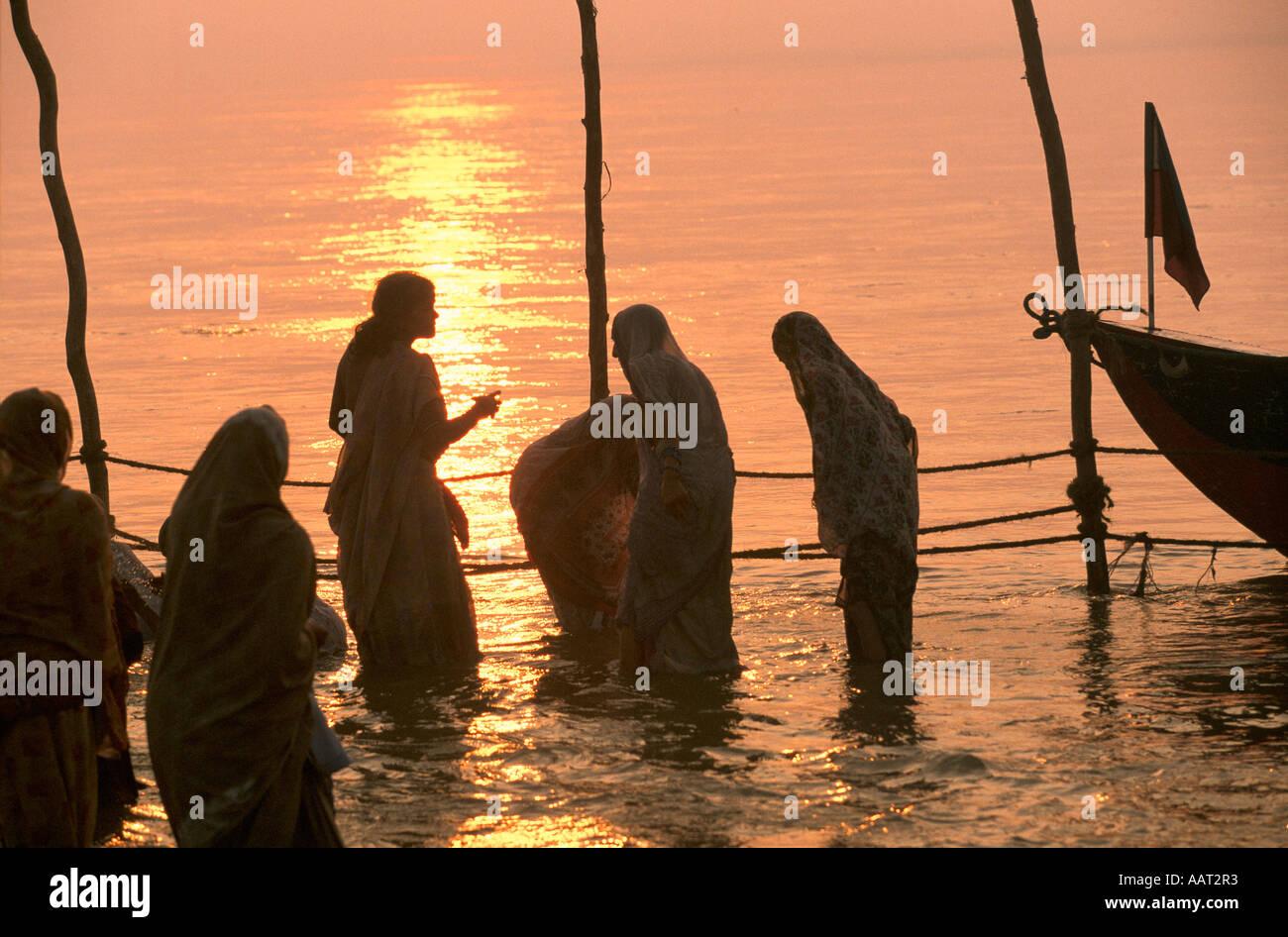 KUMBH MELA INDIA 2001 como el sol sobre el Kumbh Mela el flujo de peregrinos próximos MANTIENE AL GANGES 2001 Foto de stock