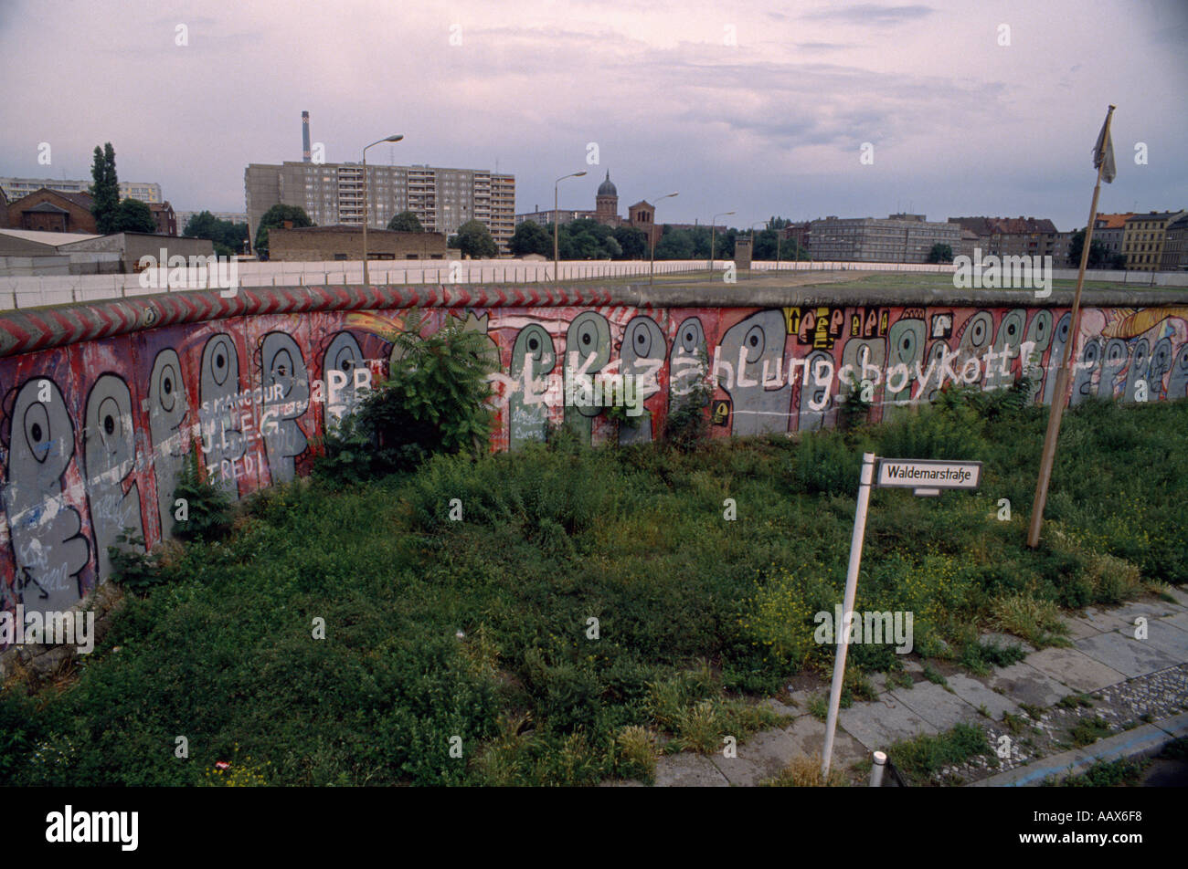 La historia de Europa. El histórico Muro de Berlín en el oeste de Berlín, en Alemania, en Europa durante la Guerra Fría. Imagen De Stock