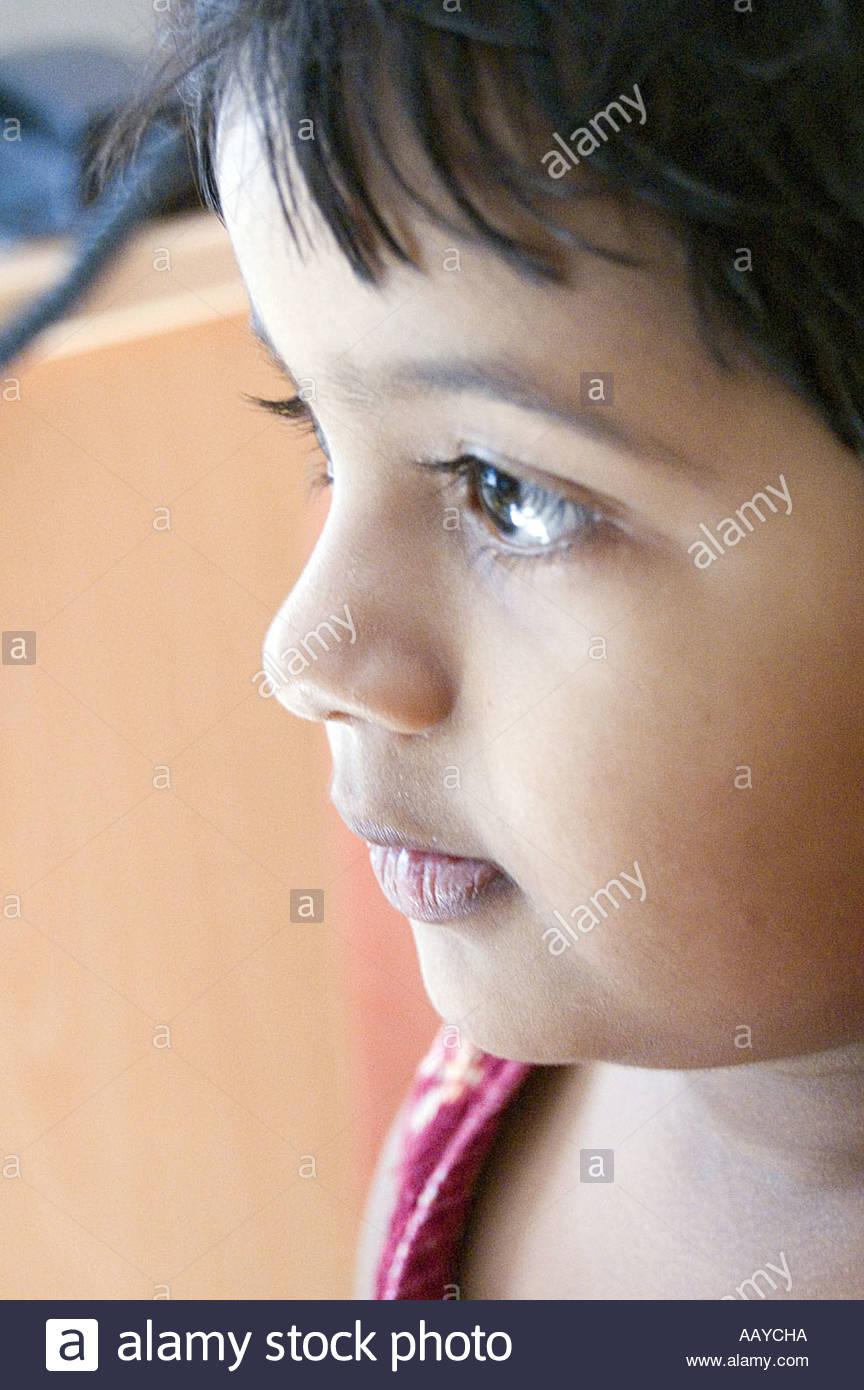 TNK78772 Indian pequeña niña mirando inocentemente modelo India publicado número 656 Imagen De Stock