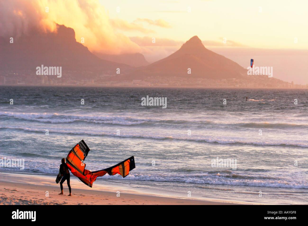 Sudáfrica Ciudad del Cabo blouberg beach table mountain sunset kitesurfer Imagen De Stock