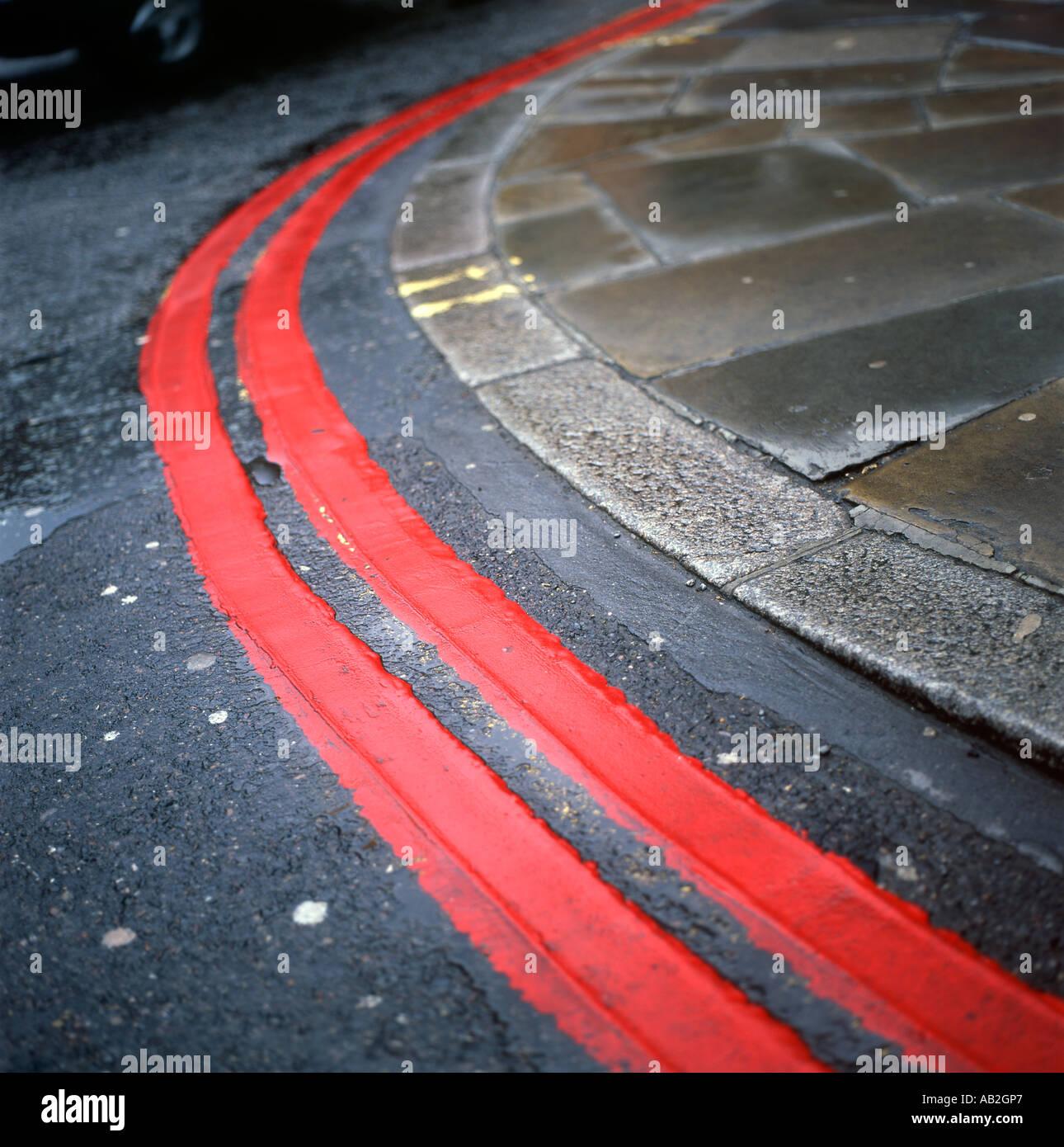 El doble de líneas rojas en una curva en una carretera London UK KATHY DEWITT Imagen De Stock